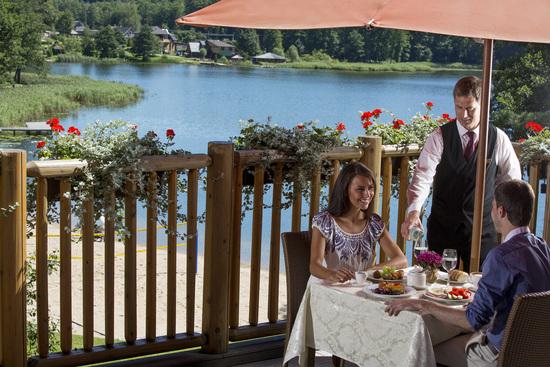 优雅迷人的室外风景:酒店室外餐饮服务