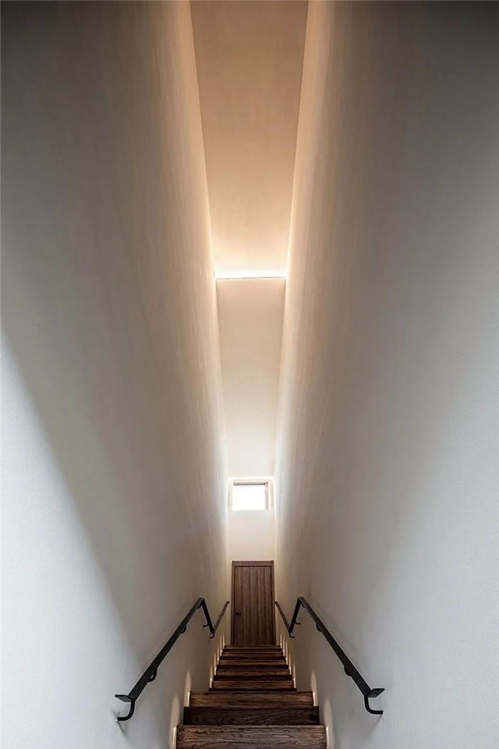 民宿楼梯设计-回归山野的纯白极简风精品民宿装修设计方案