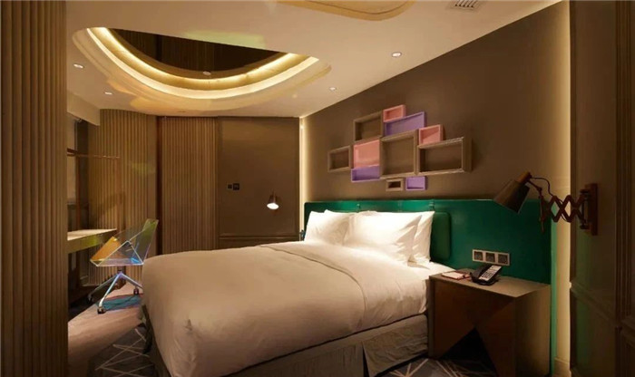 酒店套房客厅设计-复古与新潮混搭风武汉网红精品酒店改造设计案例