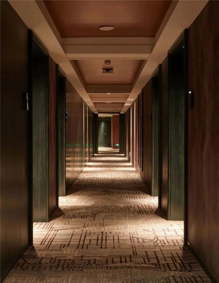 酒店客房走廊设计-复古与新潮混搭风武汉网红精品酒店改造设计案例