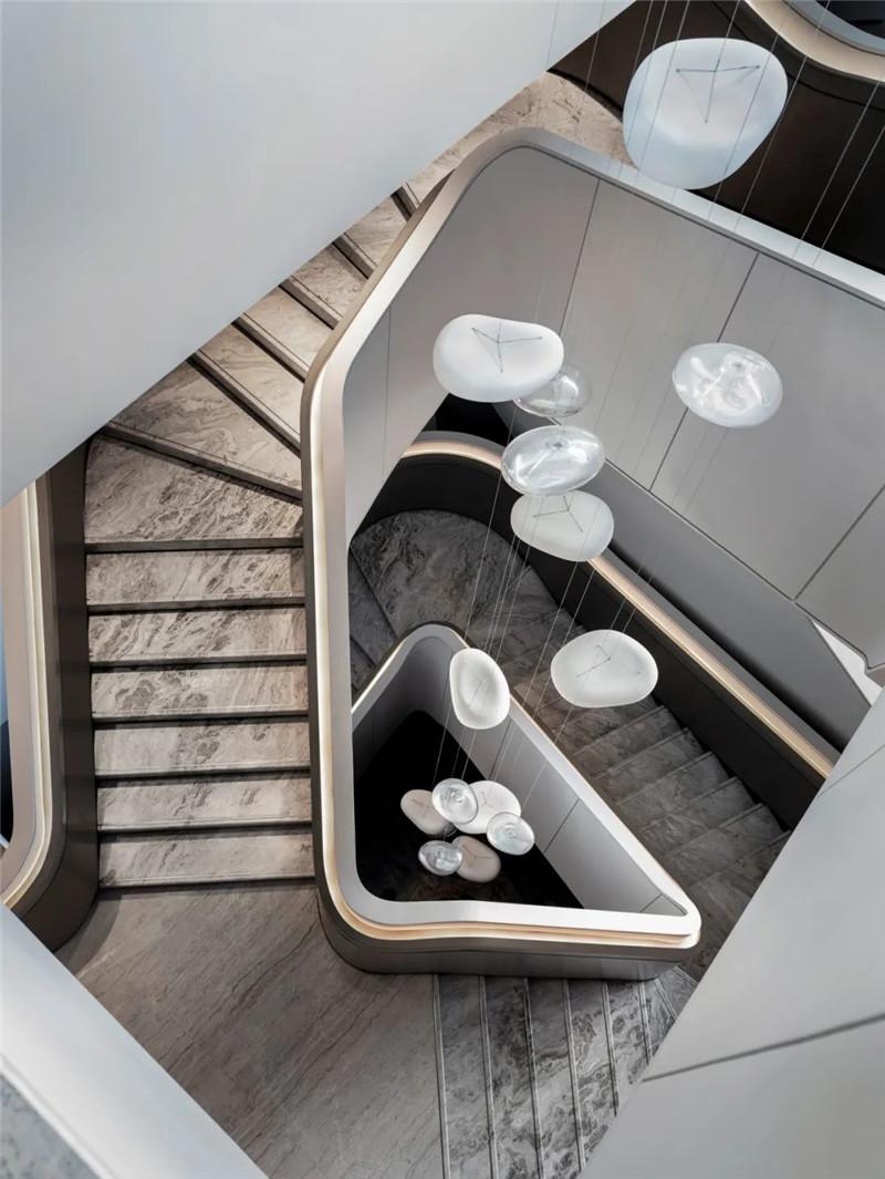酒店楼梯设计-皇冠假日酒店首家时尚年轻化五星级酒店设计赏析