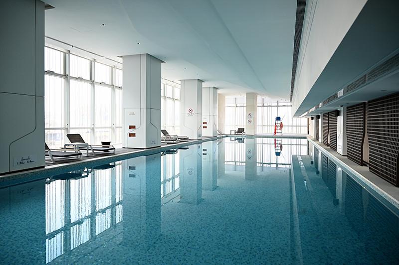 酒店泳池设计-皇冠假日酒店首家时尚年轻化五星级酒店设计赏析
