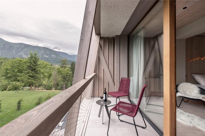 客房露台设计-连接本土文化与创意的BOHINJ酒店翻新改造设计方案