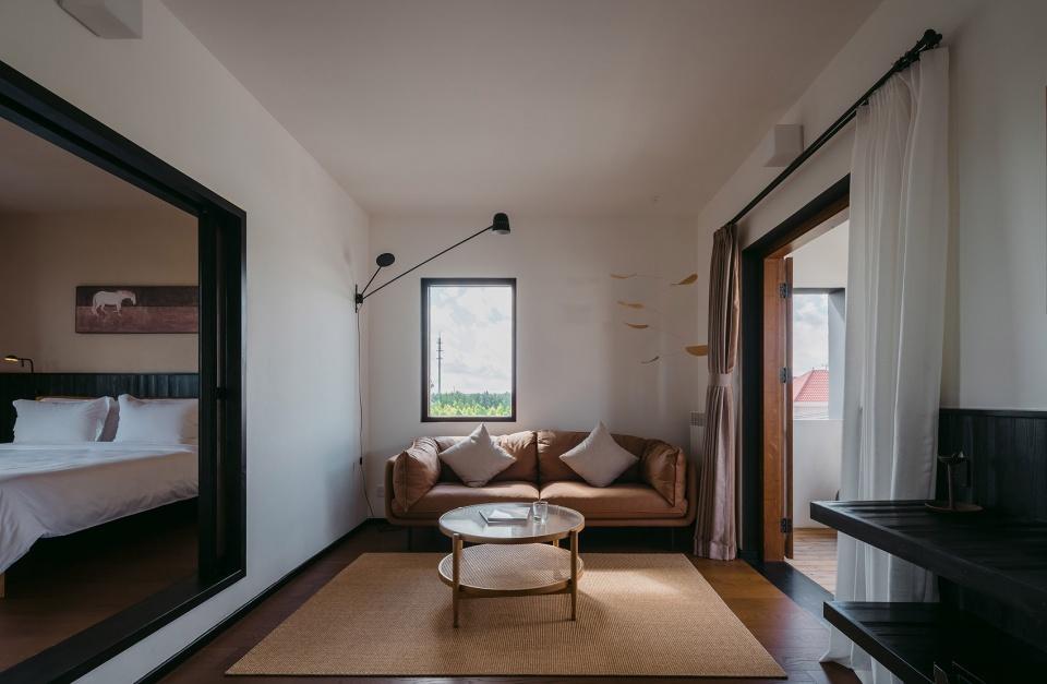特色乡村民宿设计推荐:上海左盼民宿套房客厅设计方案
